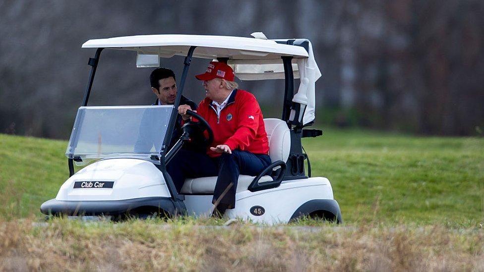 Trump en un campo de gold
