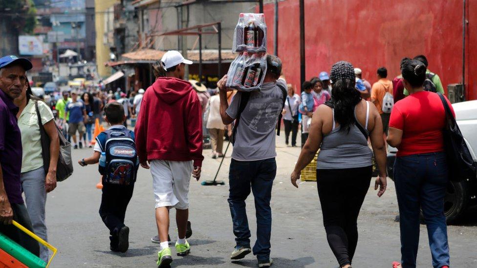 Personas caminando en Caracas, Venezuela.