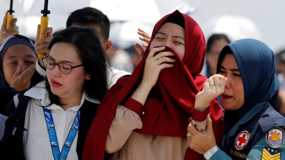 Families and colleagues of passengers and crew of Lion Air flight JT610 cry on the deck of Indonesia Navy ship KRI Banjarmasin as they visit the site of the crash to pay their tribute, at the north coast of Karawang, Indonesia, November 6, 2018.