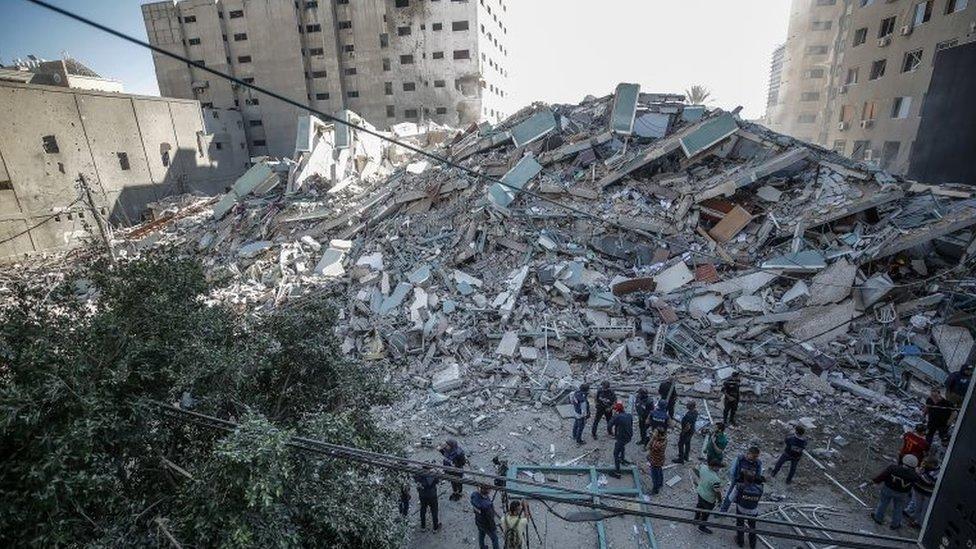 Los restos del edificio que albergaba varias oficinas de medios de comunicación internacionales en Gaza, y que fue impactado por un misil israelí.
