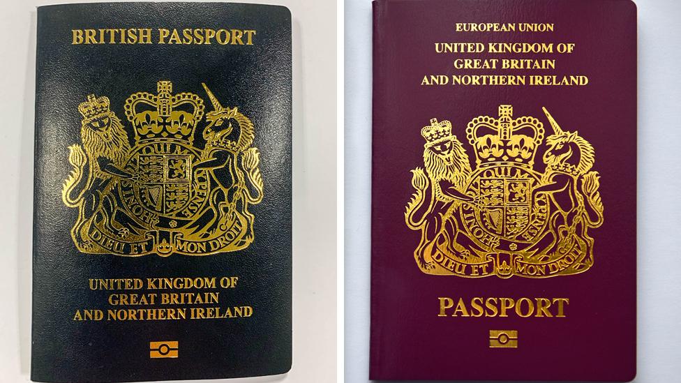 左至右:新版藍色英國護照與歐盟成員時代的紅酒色英國公民護照