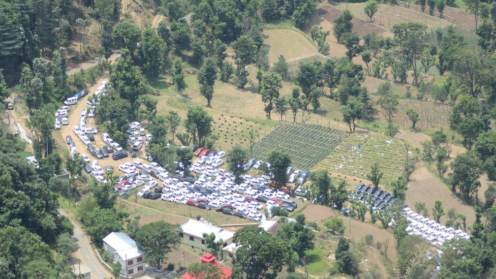 हिमाचल प्रदेश में खेतों में क्यों खड़ी हो रही हैं सैकड़ों कारें