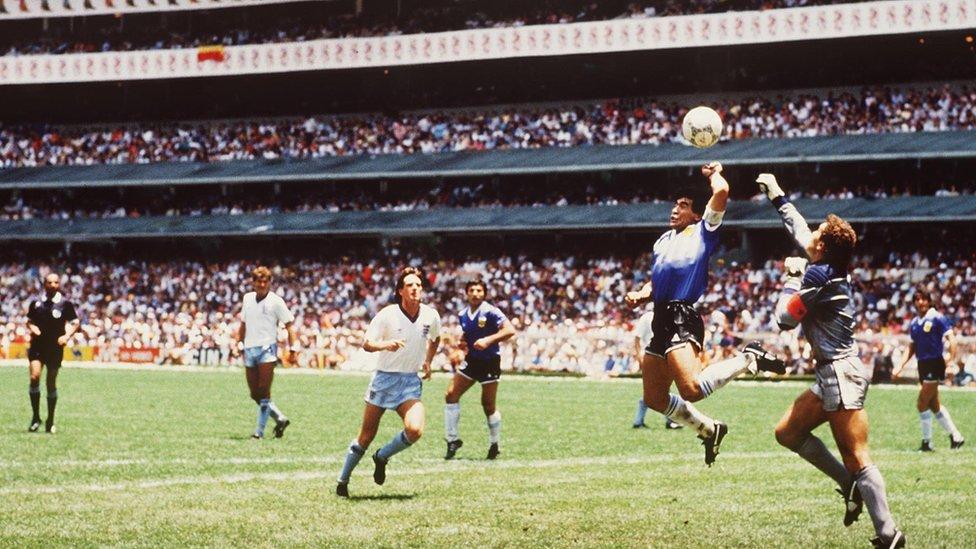 Maradona mete la mano para anotar el primer gol contra Inglaterra, en 1986