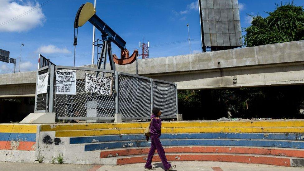 Planta petrolera en desuso en Venezuela.