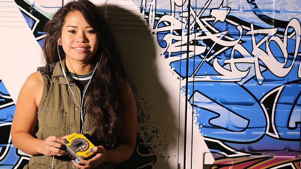 Una joven escuchando Walkman
