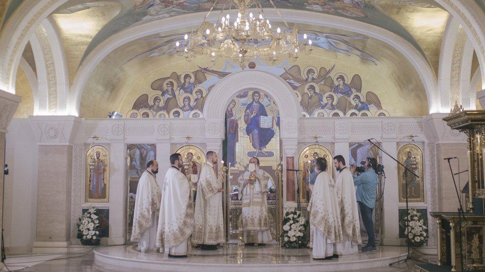 Patrijarh SPC Irinej je istakao da se Uskrs ove godine obeležava na drugačiji način, sticajem prilika, u atmosferi velike opasnosti i straha od virusa koji nažalost odnosi na hiljade i hiljade ljudskih života