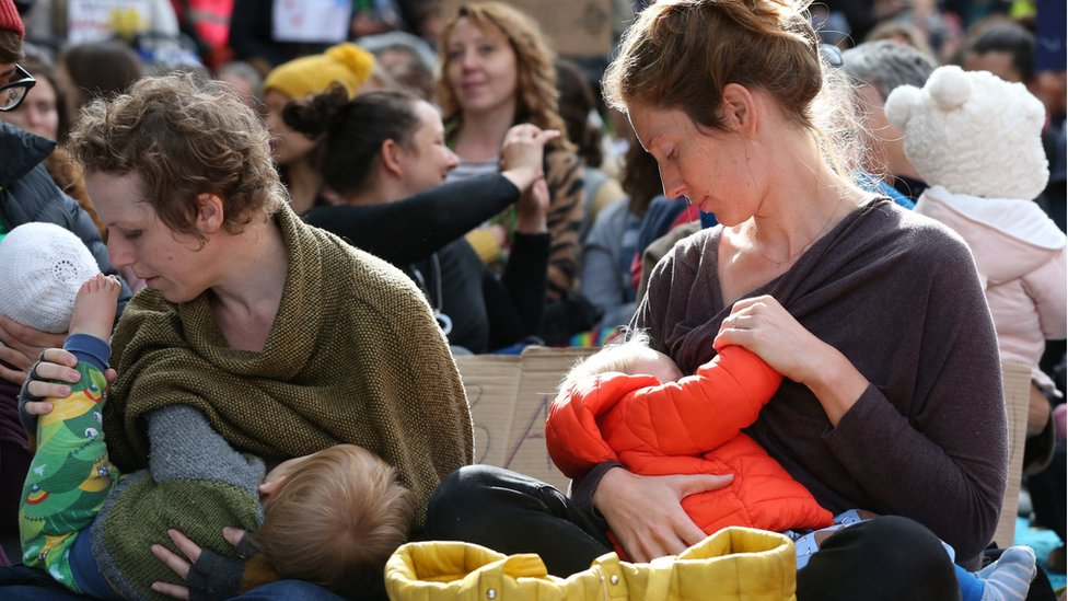 """Parents breastfeed their ne borns during a """"nuse-in"""""""