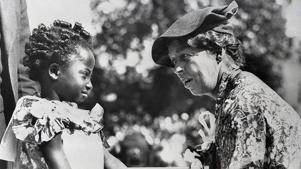 طفلة وامرأة سوداء