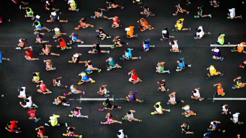 trkači na maratonu