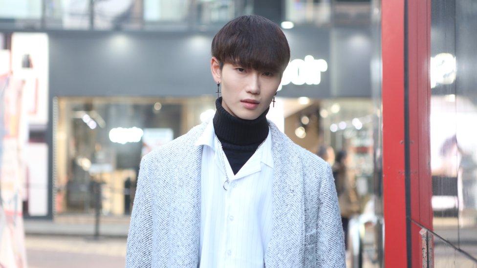 Pemuda di Seoul memakai riasan