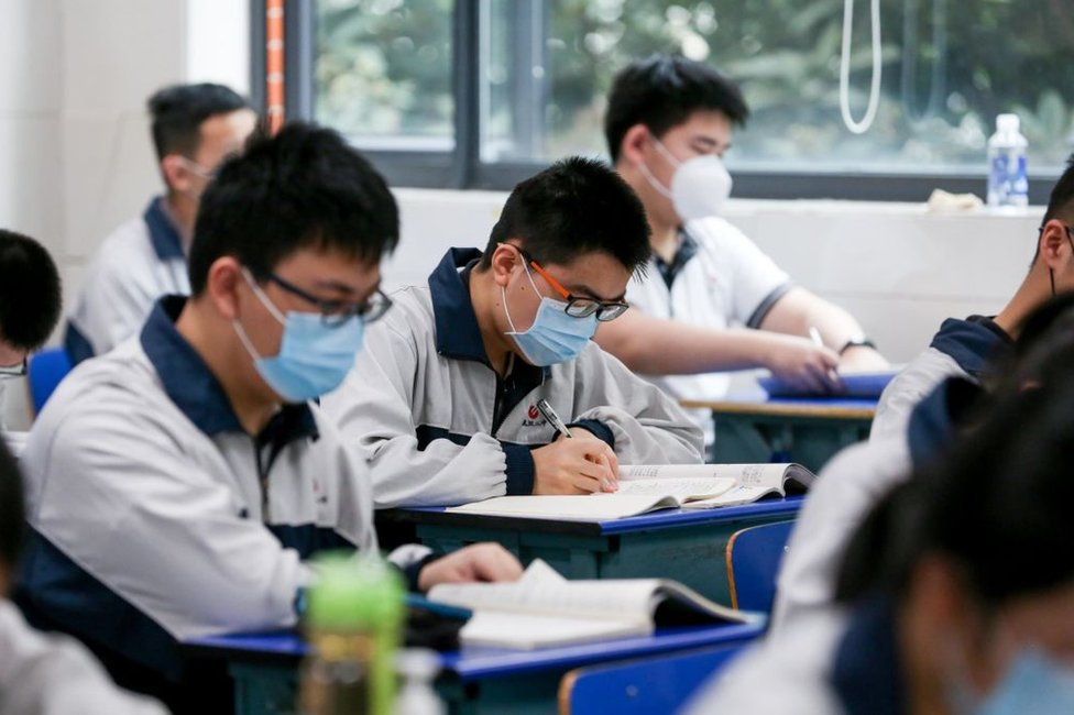 Estudiantes en clase en Wuhan, China, el 6 de mayo de 2020.