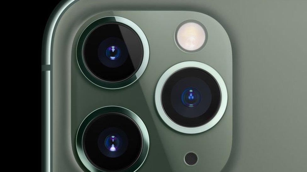 Parte trasera del nuevo iPhone 11 Pro con 3 cámaras.