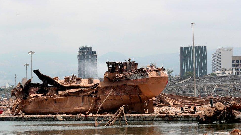 Barco destrozado en el puerto de Beirut.