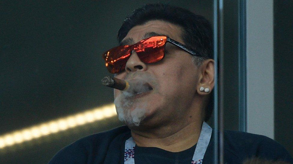 أسطورة كرة القدم الأرجنتينية دييغو مارادونا يدخن سيجارا أثناء حضوره مونديال روسيا 2018