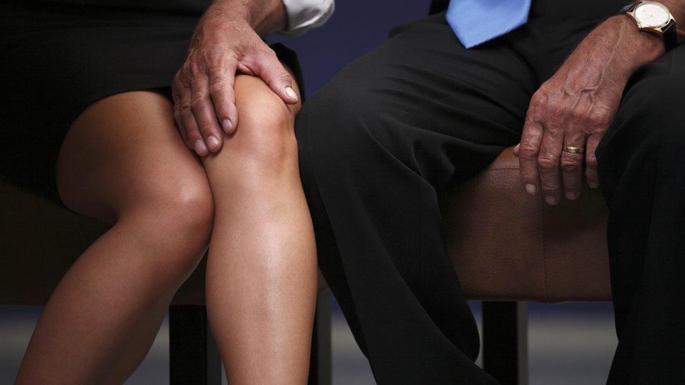 Piernas de un hombre y una mujer en actitud sexual.