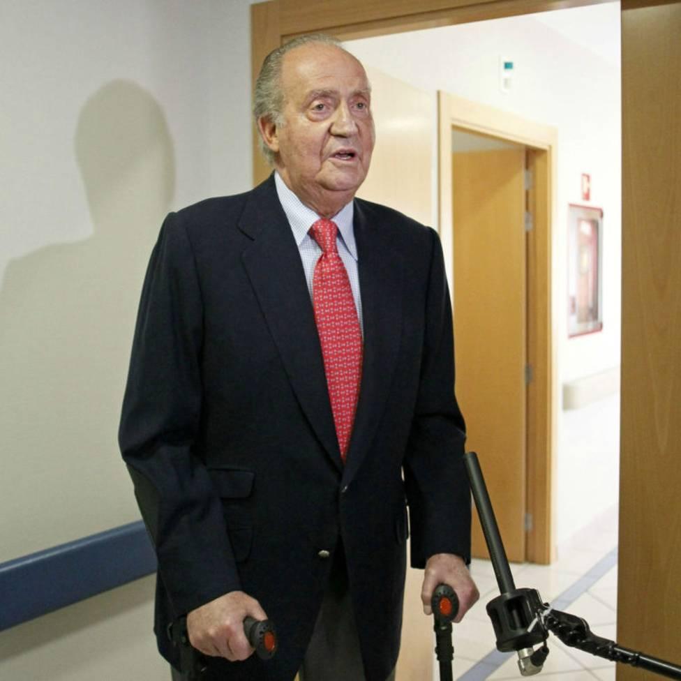El rey Juan Carlos I al recibir el alta del hospital en 2012