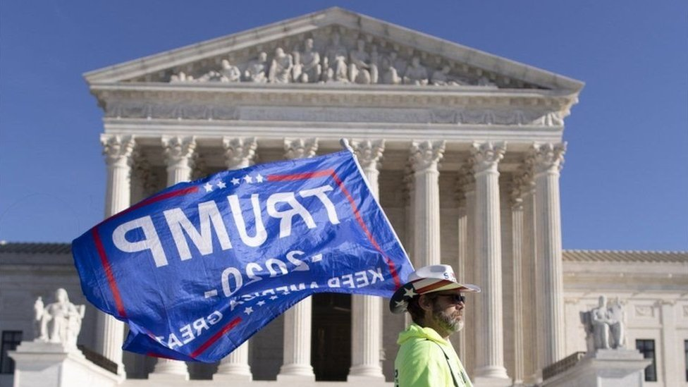 """Una bandera de """"Trump 2020"""" frente a la Corte Suprema."""