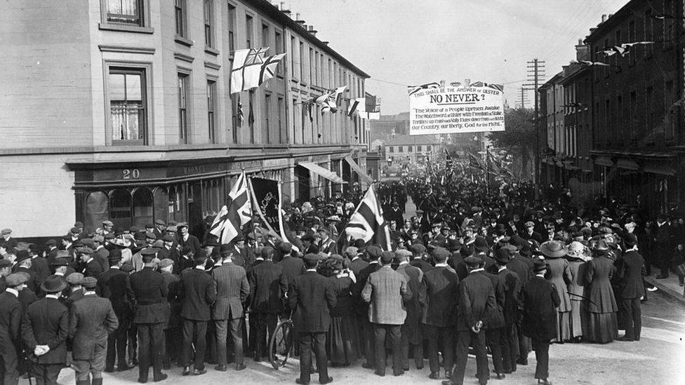El 1 de septiembre de 1912, los unionistas de Úlster salieron a las calles a protestar en contra del tercer proyecto del ley de autonomía de 1912 presentado por el primer ministro británico Herbert Asquith.
