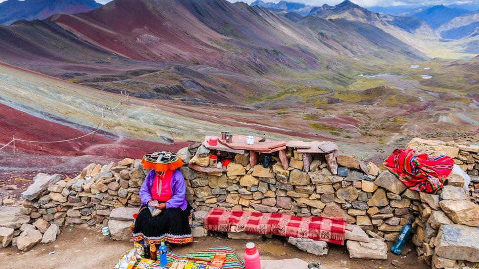 Los habitantes de la comunidad de Pampachiri, en Pitumarca, suelen trabajar como guías o vendedores de artesanías alrededor de la montaña.