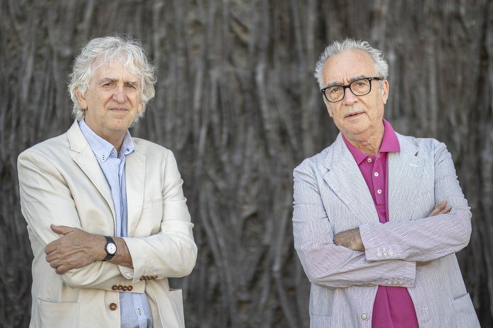 Juan Luis Arsuaga (izquierda) y Juan José Millás