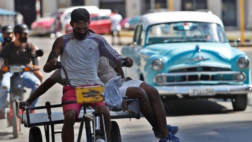Bicicleta y auto antiguo