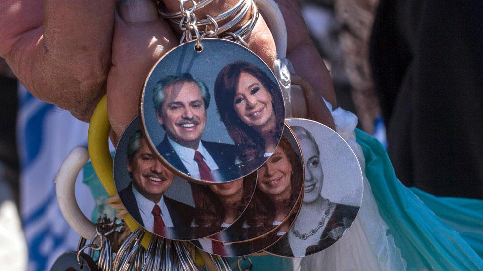 Llaveros con la imagen de Alberto Fernández y Cristina Fernández de Kirchner