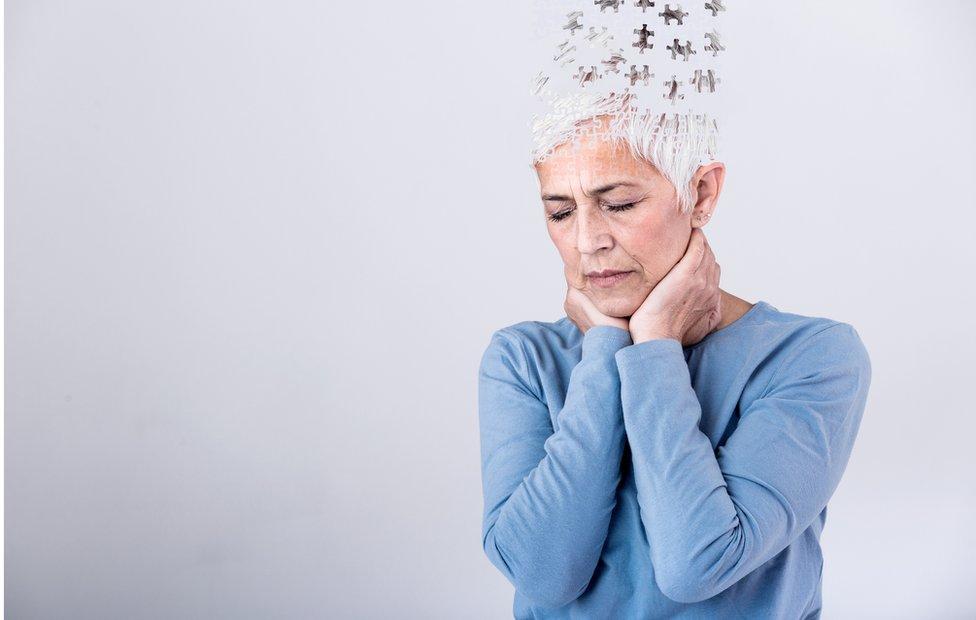 Mujer con el cerebro en figura de rompecabezas