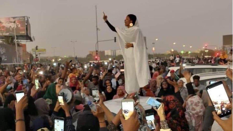 """الامرأة التي وصفت بـ""""تمثال الحرية"""" السودانية"""
