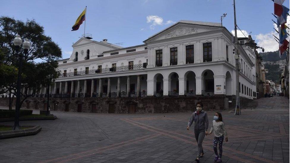 Dos personas en la Plaza Grande de Quito
