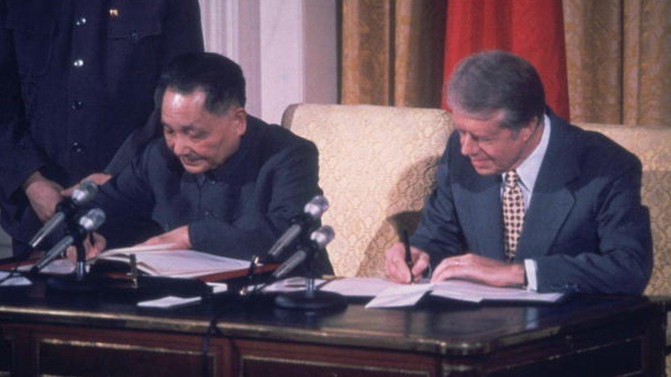 Jimmy Carter (der.) presidente de EE.UU. firma acuerdo con el líder de China Deng Xiaoping