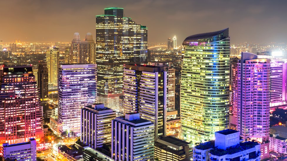 Ciudad con luces de colores
