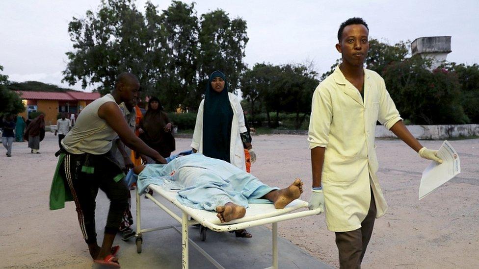 Paramédicos y civiles llevan a una persona herida al Hospital Madina después de una explosión en el hotel Elite.