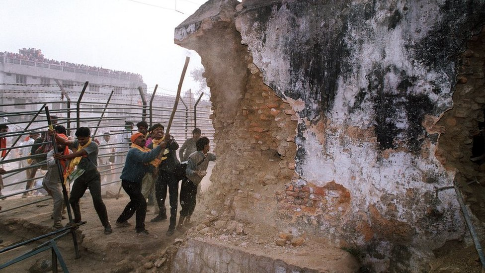 Right-wing Hindu mobs attack the wall of the mosque with iron rods on 6 December, 1992