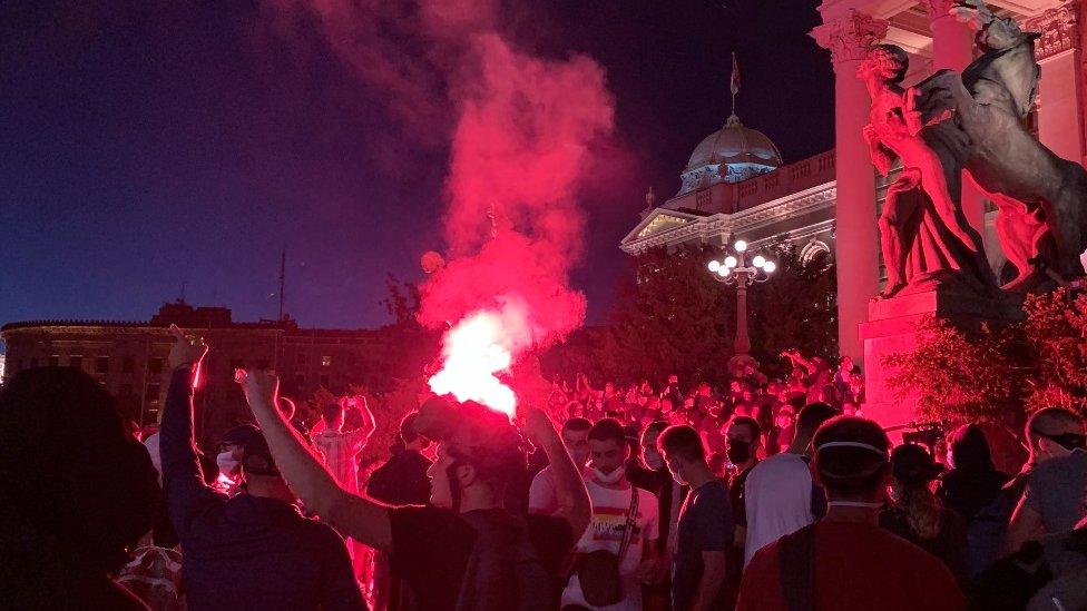 Napeta atmosfera ispred Skupštine Srbije