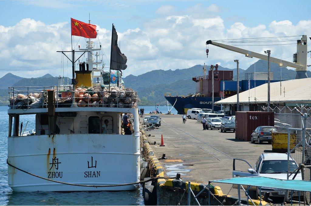 摩天樓俯瞰的蘇瓦港裏,中國漁船是常客。