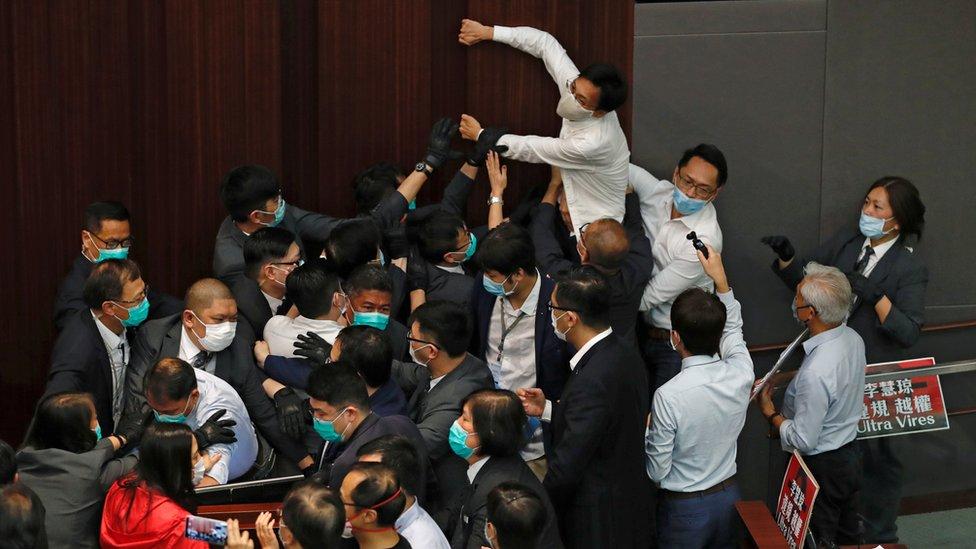 多名立法會議員和保安在衝突期間受傷。