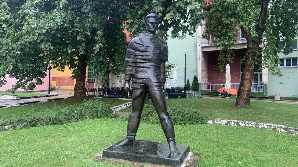 Spomenik Žikici Jovanoviću Špancu u centru Valjeva postavljen je pre 35 godina