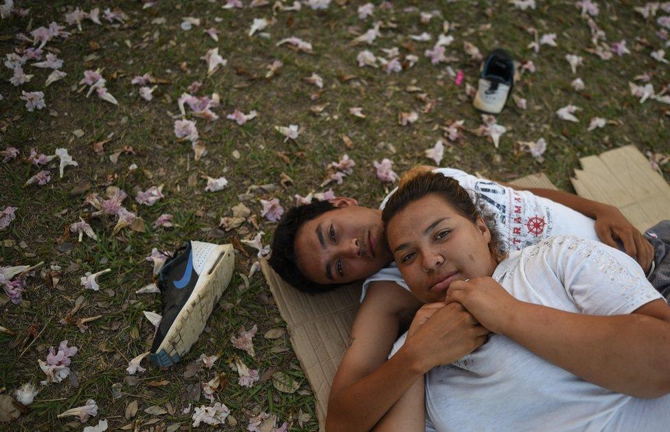 مهاجران من أمريكا الوسطى ينالان قسطا من الراحة في ملعب مركز رياضي في ولاية أوكساكا بالمكسيك. وقد أثارت صور مثل هؤلاء المهاجرين الذين يتوجهون صوب حدود الولايات المتحدة بالمئات انتقادات من الرئيس الأمريكي دونالد ترامب.