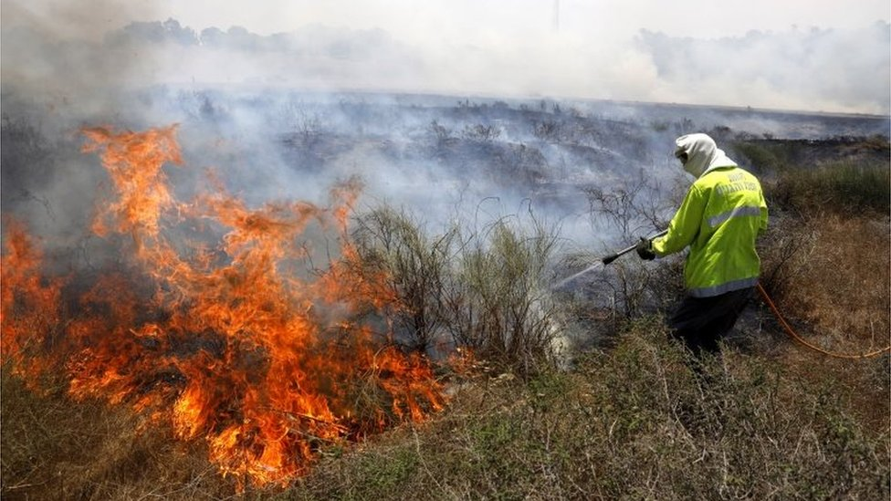 Israeli firefighter tackles blaze caused by flaming kite from Gaza (05/06/18)