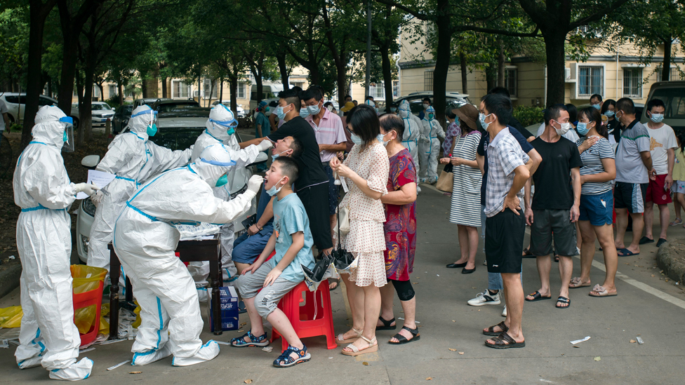 Fila para teste contra a covid na China