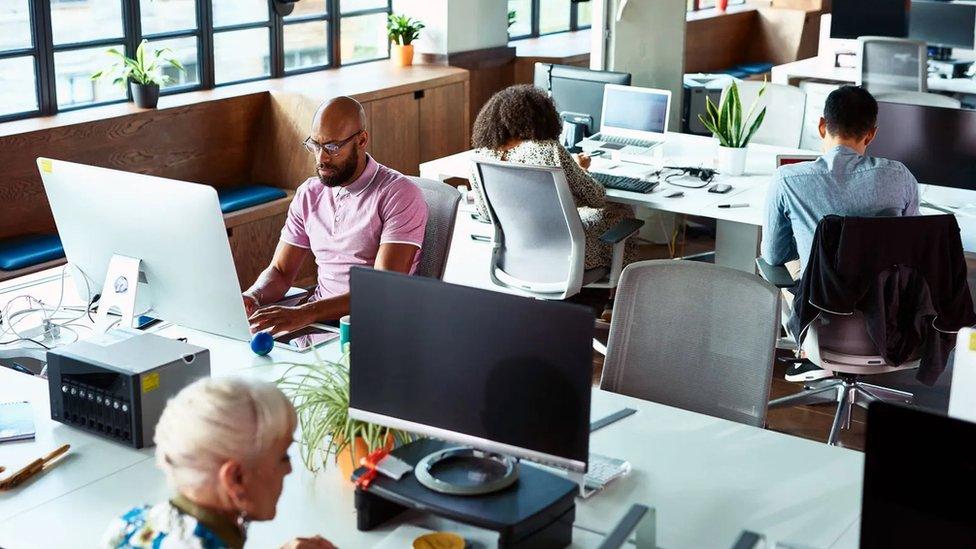 بعد عام من العمل عن بُعد، يعارض البعض العودة إلى العمل بنفس الطريقة التي كانت سائدة قبل الوباء، مثل ضرورة الذهاب إلى المكاتب