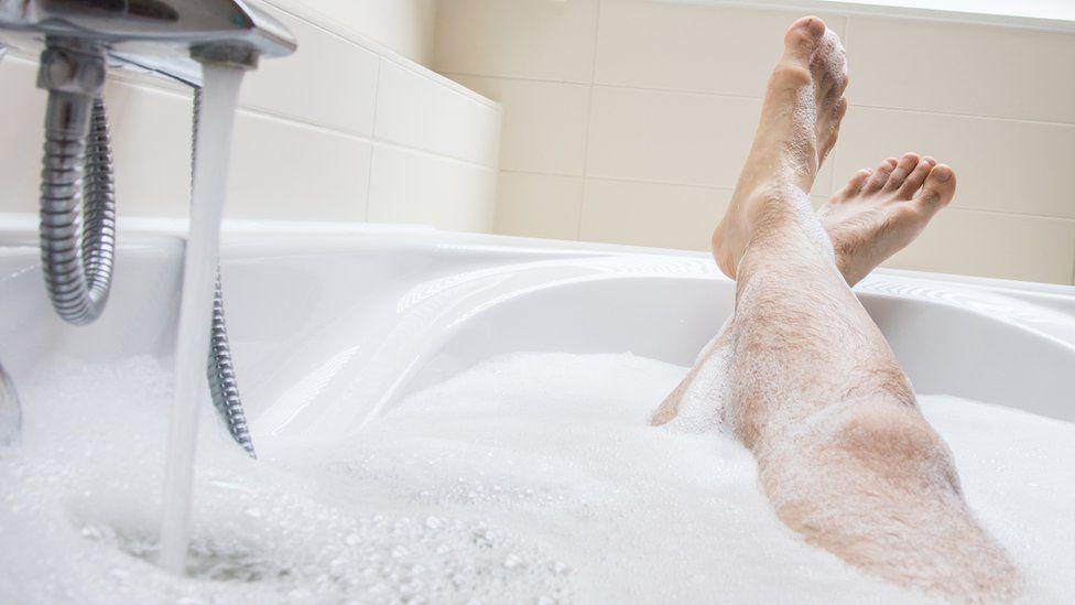 Hombre bañándose