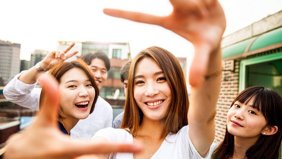 بعض الشباب من كوريا الجنوبية
