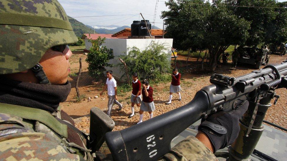 Militar cerca de una escuela.