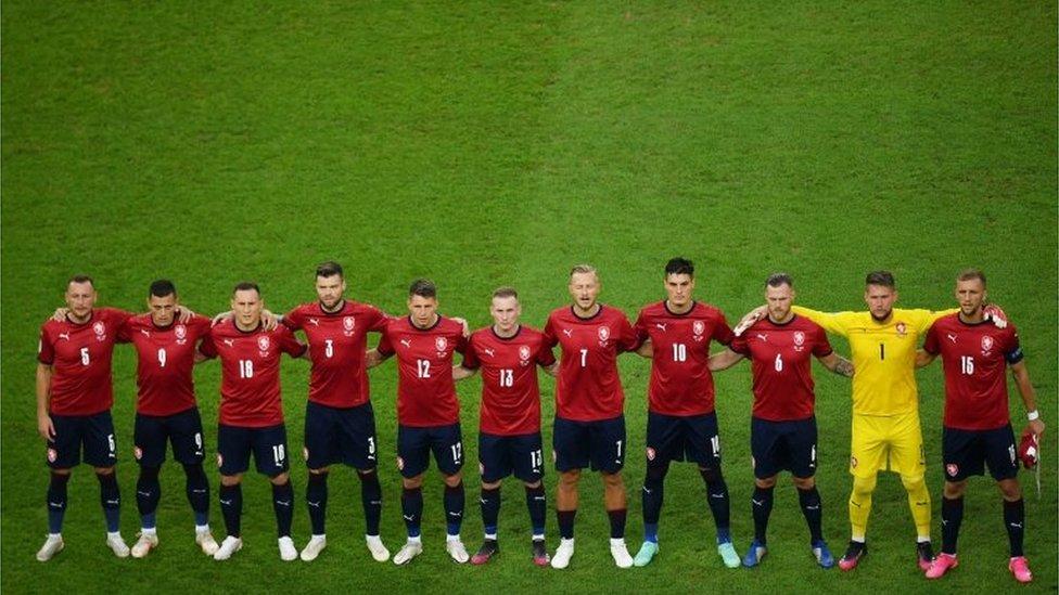 Los seleccionados daneses cantan su himno