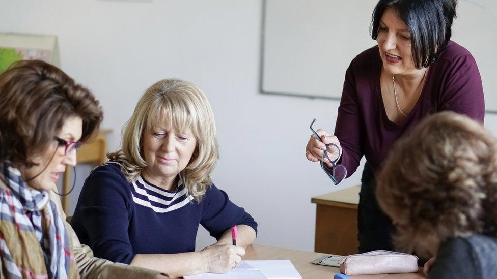 Mujeres adultas estudiando.