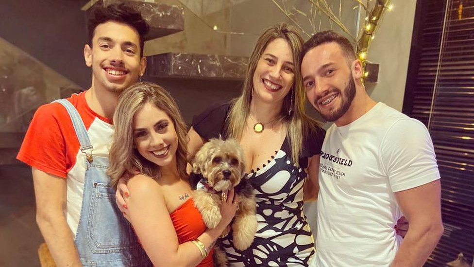 Georgia posa com os dois irmãos e a mãe