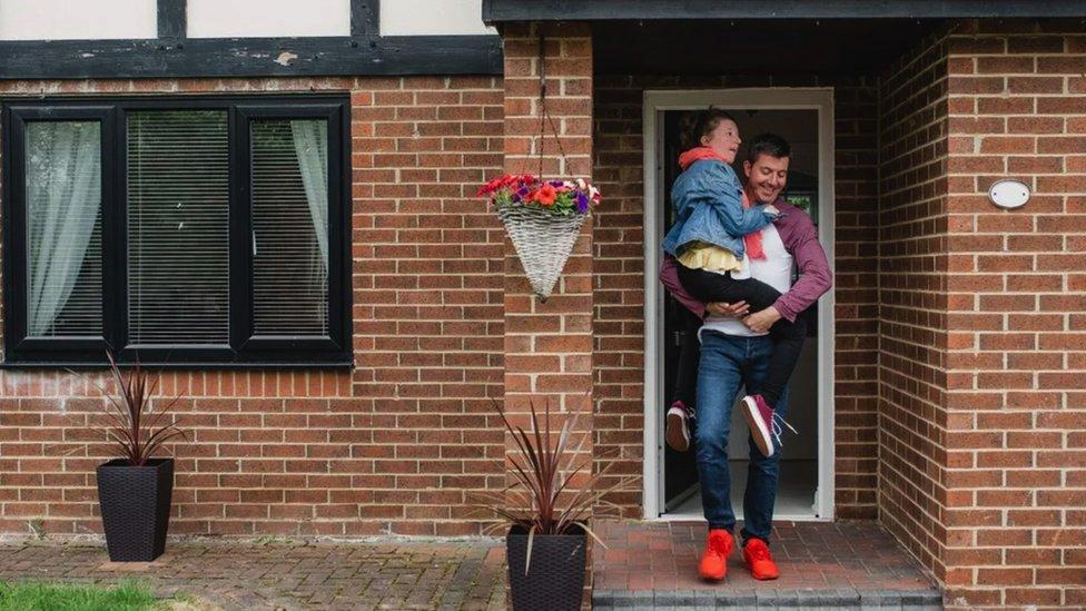 Otac nosi ćerku iz kuće