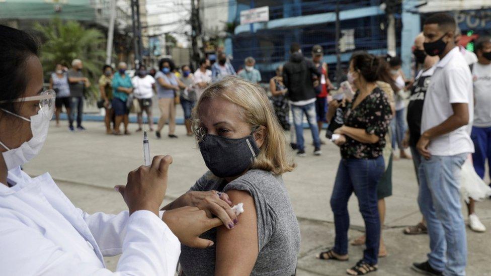 Mulher sendo vacinada no Rio de Janeiro