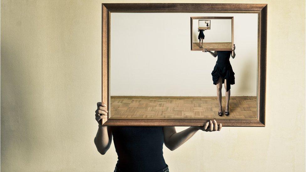 Chica con cuadro que la muestra a ella